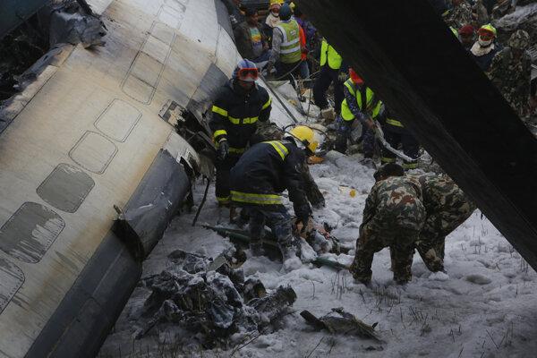 Havária lietadla v Nepále si vyžiadala 49 mŕtvych.