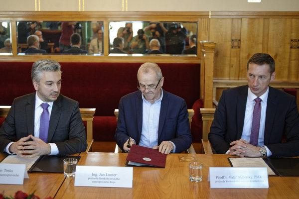 Predsedovia samosprávnych krajov, zľava Rastislav Trnka (KSK), Ján Lunter (BBSK) a Milan Majerský (PSK).