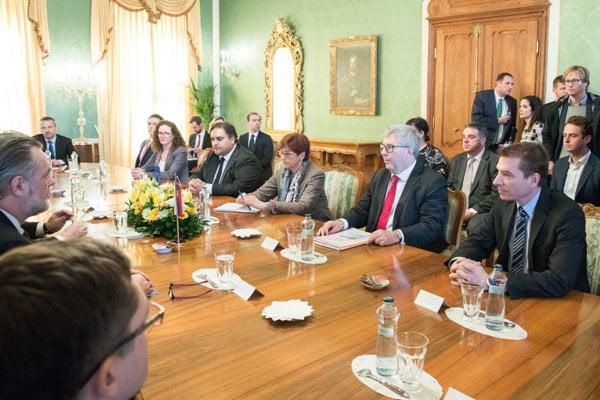 Delegácia Európskeho parlamentu v zložení Ryszard Czarnecki z ECR, Poľsko, Claude Moraes z S&D, Veľká Británia, Ingeborg Grässle z EPP, Nemecko a Sophia in't Veld z ALDE, Holandsko.