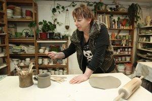Janette Skybová vsadili pri tvorbe keramiky aj na ekológiu. Recykluje dokonca aj hlinu.