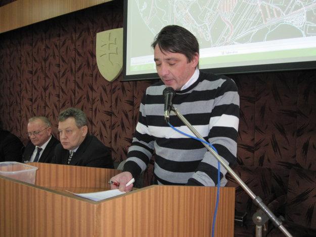 Zdenko Priehoda v novej funkcii vedúceho oddelenia správy majetku mesta informuje poslancov.