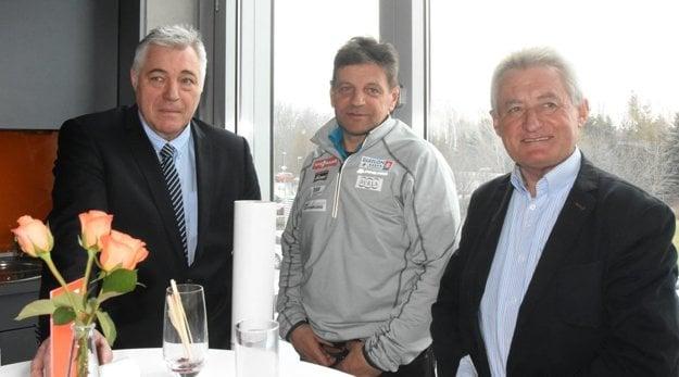 Zľava: Július Dubovský – prezident univerzitného športu na SVK, Tomáš Fusko – prezident slovenského biatlonového zväzu a Marián Kapusta.