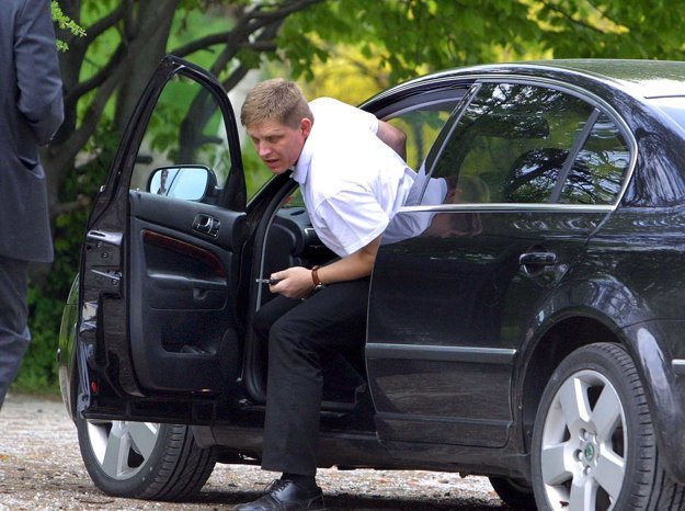 Rok 2004. Robert Fico na Škode Superb.