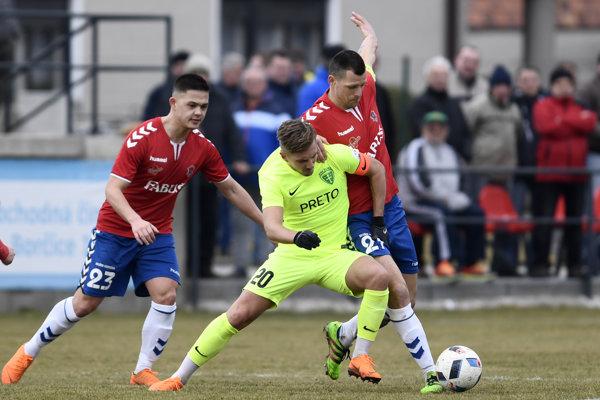 Michal Škvarka zo Žiliny v súboji o loptu s dvojicou hráčov Borčíc Emilom Le Giangom (vľavo) a Matejom Sivom.