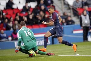 Kylian Mbappé sa snaží prekonať brankára Angers.