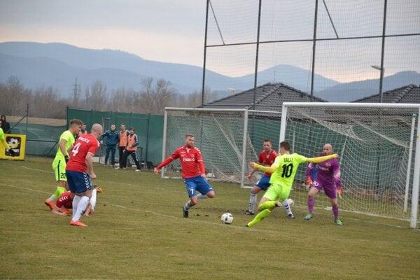 Žilinčan Balaj (v zelenom č. 10) zahadzuje gólovú šancu proti Borčiciam.