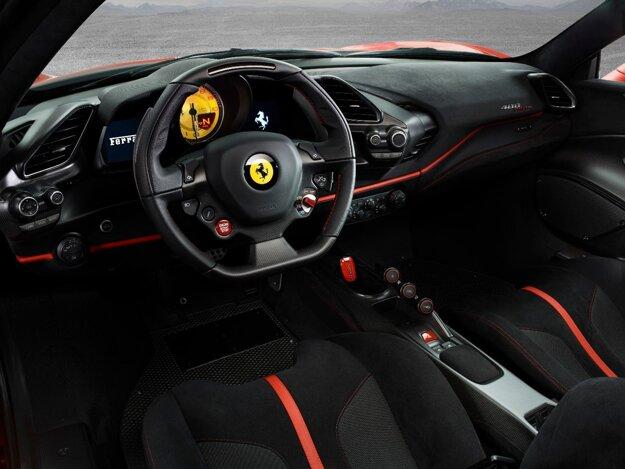 """Minimalistický kokpit pripomína rýdzo pretekárske auto. Na pohon modelu 488 Pista slúži 3,9-litrový vidlicový osemvalec, ktorý je prepĺňaný dvomi turbodúchadlami a vyvíja maximálny výkon 530 kW pri 8 000 ot/min – """"Pišta"""" je najvýkonnejšie Ferrari s osemvalcom."""