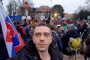 Michael Szatmary vystúpil na pražskom pochode Za slušné Slovensko. Išlo o veľa a žáner stan-up comedy, ktorému sa venuje, dostal zabrať.