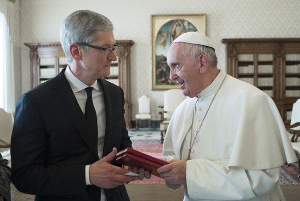 Pápež sa stretol s generálnym riaditeľom Applu Timom Cookom.