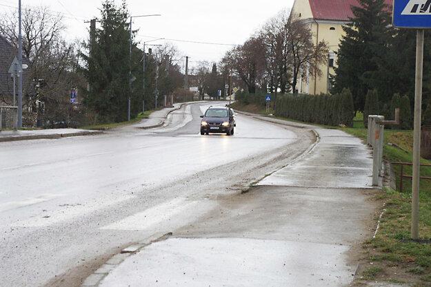 Po dočasnej vysprávke na hlavnej ceste v Košeci sa nedá jazdiť. Autá chodia radšej v protismere. Starosta hovorí o ohrozovaní bezpečnosti.