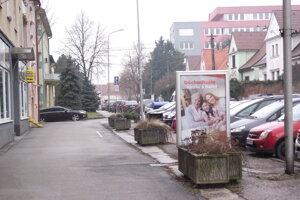 V uliciach Nitry je množstvo svetelných tabúľ, stoja na chodníkoch.