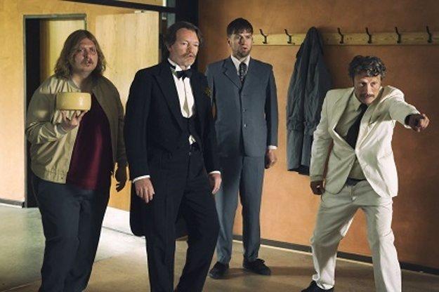Vo filme O kuratách a ľuďoch hrá aj medzinárodná hviezda Mads Mikkelsen.