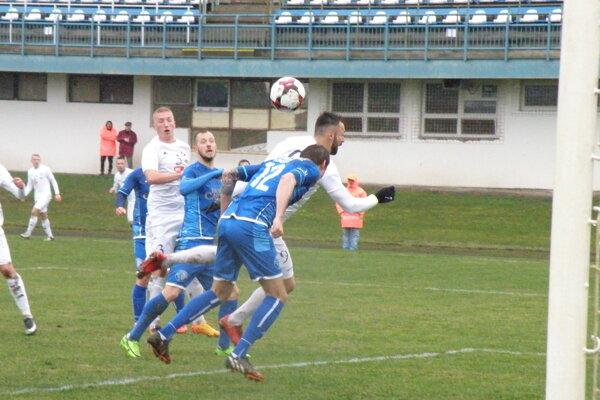 Lopta z hlavy Nurkoviča putuje po druhýkrát do košickej brány.
