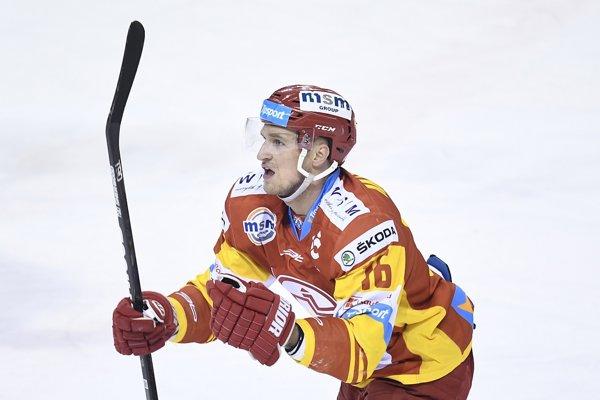 Na snímke Ondrej Mikula (Trenčín) sa teší po góle v prvom zápase štvrťfinále playoff Tipsport Ligy v hokeji HK Dukla Trenčín - HK Poprad v Trenčíne 17. marca 2018.