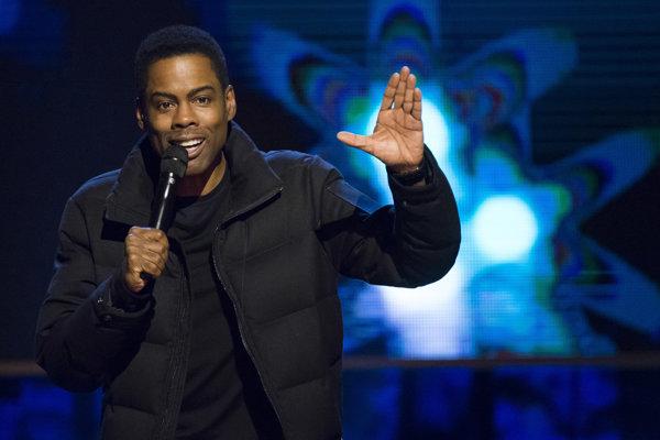 Chris Rock bude moderovať Oscary, aj keď ho niektorí kolegovia vyzývali, aby sa pripojil k bojkotu.