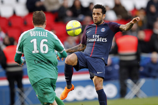 Dani Alves rozhodol zápas v Nice.