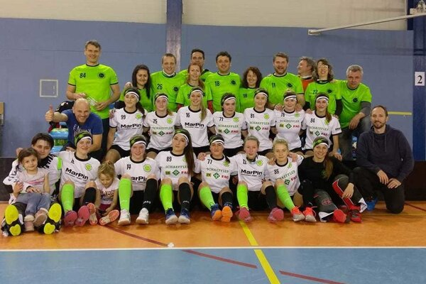 MKŠS FBK Kysucké Nové Mesto spoločne s fanklubom po víťaznom zápase.