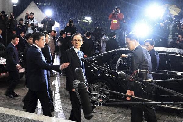 Bývalý juhokórejský prezident Mjung-bak (v strede).