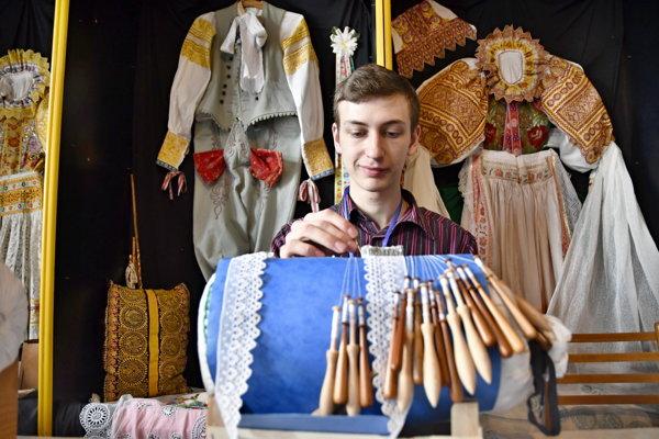 Na snímke čipkár Michal Halabrin z Myjavy počas medzinárodného stretnutia čipkárov Men Making Lace Festival v Krakovanoch.