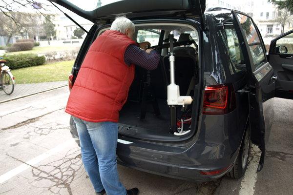 Do kufra sociálneho taxíka sa zmestí aj elektrický vozík.