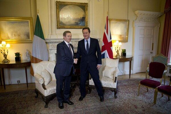 Írsky premiér Enda Kenny (vľavo) s britským premiérom Davidom Cameronom (vpravo).