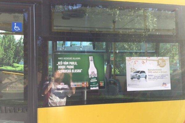 V autobusoch plagáty propagujú tvrdý alkohol.