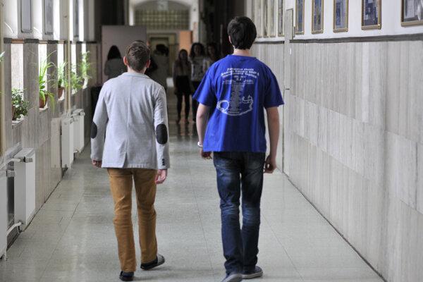 Vyučovanie dnes prebieha vo všetkých 67 stredných školách v zriaďovateľskej pôsobnosti Nitrianskeho samosprávneho kraja.