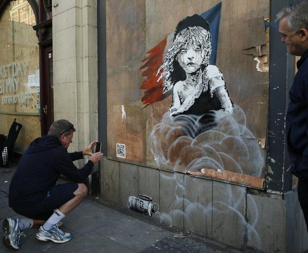 Banksyho maľba spúšťa video z utečeneckého tábora v Calais.