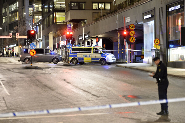 Švédska polícia vyšetruje v centre Štokholmu explóziu.