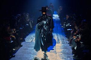 Model Marck Jacobs počas týždňa módy v New Yorku