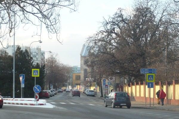 Šrobárova ulica je frekventovaná, je jednou z výpadoviek z centra.