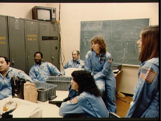 Členovia posádky misie 51-L počas inštruktážnej prednášky. Na fotografii je aj Barbara R. Morgan, ktorá bola náhradníčkou učiteľky Christy McAuliffe.