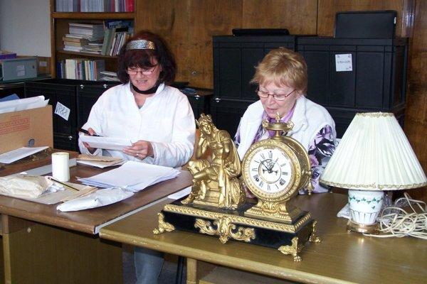 Viera Valocká a Anna Kováčová počas inventarizácie.