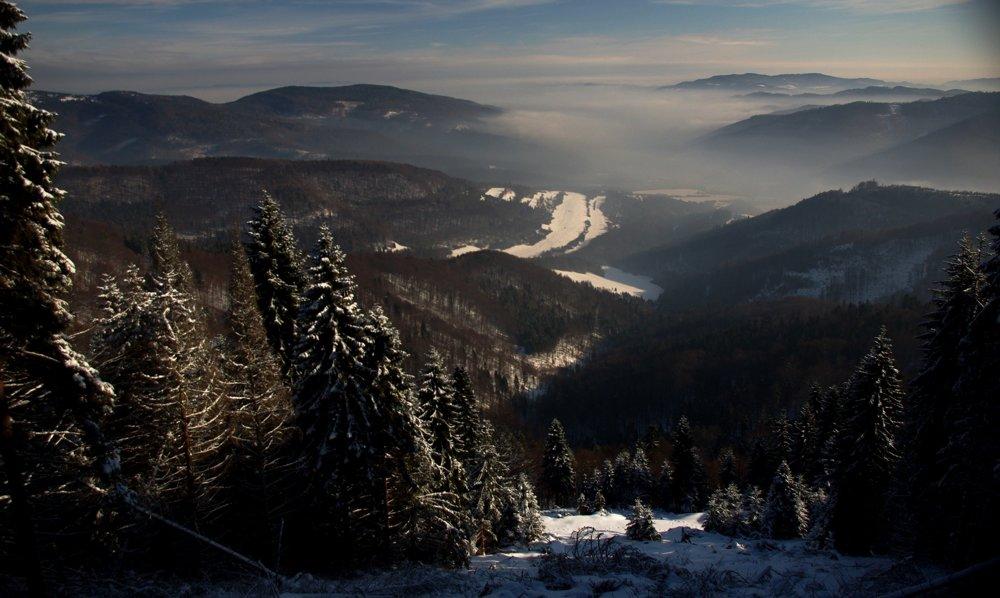 Pohľad na východ z vrcholu Čierhohuzca v strede pohoria, za hrebeňmi  Levočských vrchov vidieť Čergov, Slanské vrchy, Bachureň, Branisko a občas sa za nimi objaví aj poľská a ukrajinská časť Karpatského oblúka