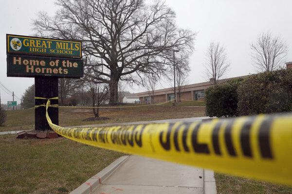Dievča strelil 17-ročný Austin Rollins, ktorý je takisto mŕtvy.