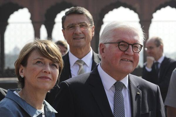 Nemecký prezident Frank-Walter Steinmeier s manželkou.