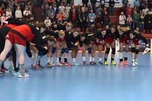 Hádzanárky Slovenska sa burcujú pred začiatkom zápasu.