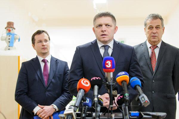 Minister školstva Juraj Draxler, premiér Robert Fico a primátor mesta Nitra Jozef Dvonč počas brífingu pri príležitosti vyhlásenia novej výzvy na rozšírenie kapacít materských škôlok.