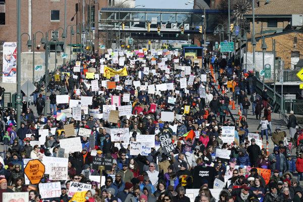 Státisíce protestujúcich zaplnili ulicu Pennsylvania Avenue medzi Kapitolom a Bielym domom.