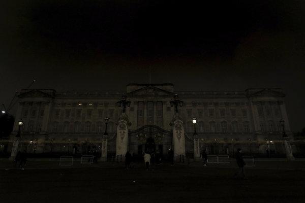 Londýn vypol svetlá aj na Buckinghamskom paláci.