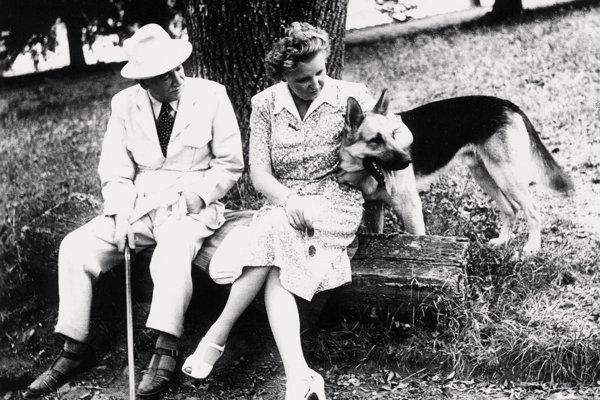 Beneš s manželkou a psom na lavičke zámockého parku v prezidentskom letnom sídle, zámku v Topoľčiankach 21. septembra 1947.