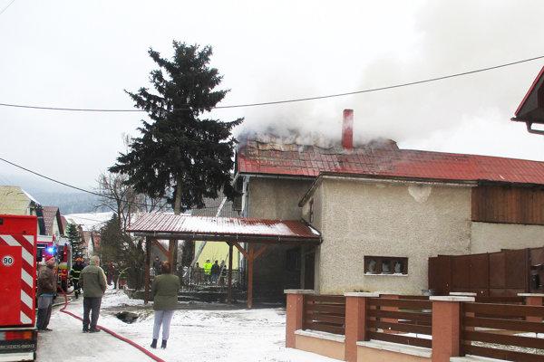 Oheň sa rozhorel vpodkroví rodinného domu.