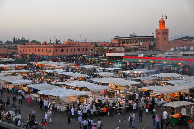 Orientálny trh na námestí Džemá el-Fna nemôže vynechať žiadny turista.