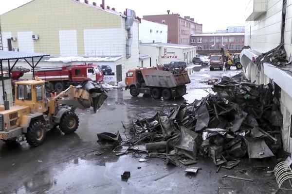 Záchranné zložky odstraňujú plechy  pred obchodno-zábavným centrom v sibírskom meste Kemerovo.