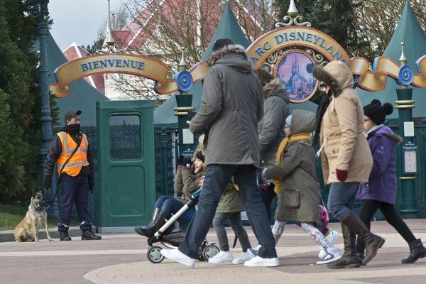 Policajt hliadkuje pred bránami parížskeho Disneylandu.