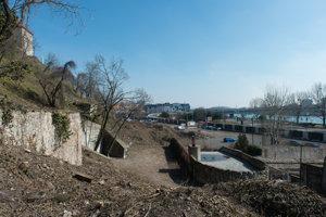 Zvyšky historickej výstavby na Floriánskej ulici pod hradom, v pravo sa nachádza Vodná veža