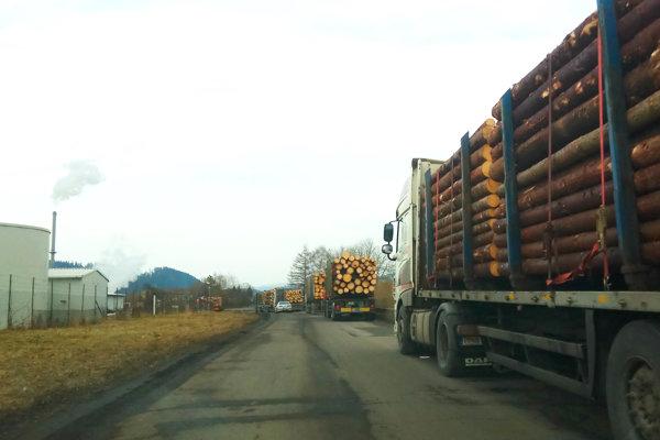 Kamióny lemujúce cestu k závodu.