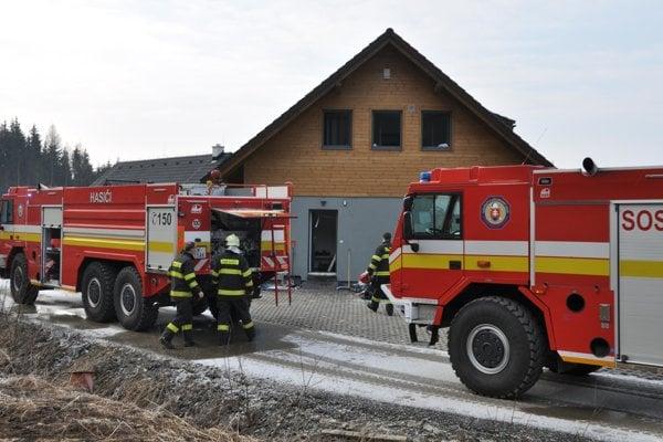 Na miesto prišli dve posádky hasičov.
