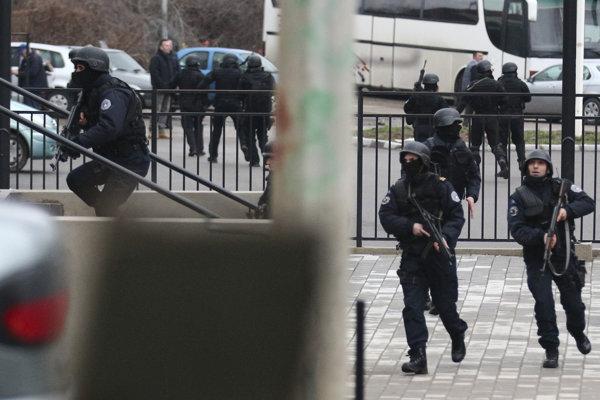 Kosovské poriadkové sily v uliciach Mitrovice.