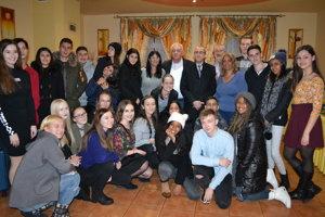 Spoločná fotografia izraelských a slovenských žiakov s veľvyslancom.